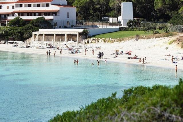 het kindvriendelijk hotel ligt direct aan het witte zandstrand van alghero - sardinie (1).jpg