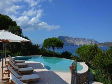 villen sardinien luxus villen und ferienh user mit pool auf sardinien sardinia4all. Black Bedroom Furniture Sets. Home Design Ideas