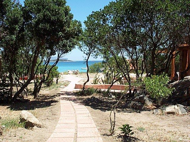 Voetpad naar zee - Residence Hotel Lu Nibareddu - Porto San Paolo - Sardinië