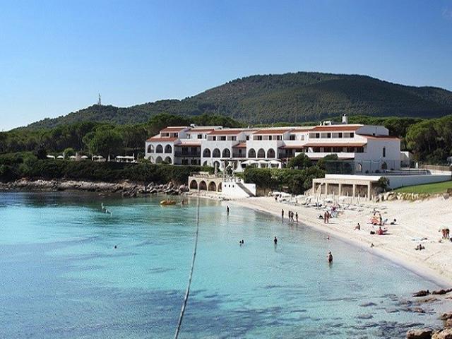 het kindvriendelijk hotel ligt direct aan het witte zandstrand van alghero - sardinie (3).jpg