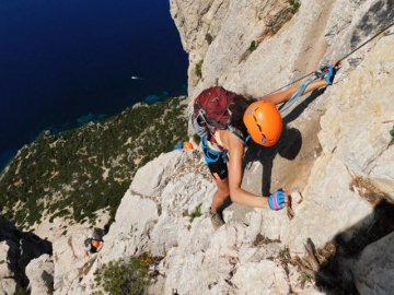 Kletterausrüstung Englisch : Ausflüge sardinien: besteigen sie die felswände von tavolara